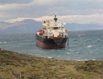 Yeni Foça'da Gemi Karaya Oturdu