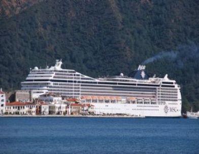 Dev Yolcu Gemisi Marmaris'e Sığındı