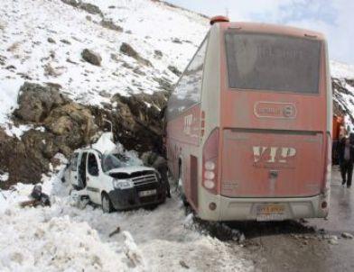 Hakkari'de Otobüsle Otomobil Çarpıştı: 2 Yaralı