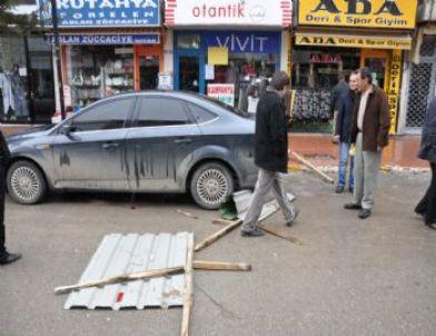 Lüks Otomobilin Üzerine Çatı Düştü