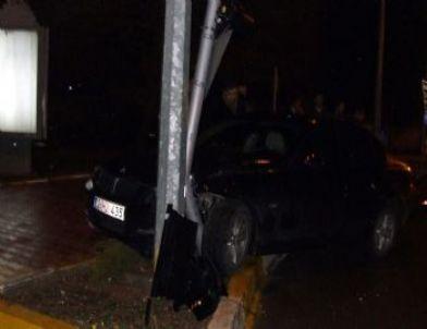 Otomobil Trafik Lambası Direğine Çarptı