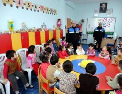 Toplum Destekli Polis Odunpzarı Oyuncak Evinde Eğitim Gören Çocuklara 155'in Önemini Anlattılar