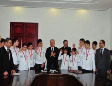 Vali Daşöz, Türkiye Birincisi Öğrencileri Ödüllendirdi