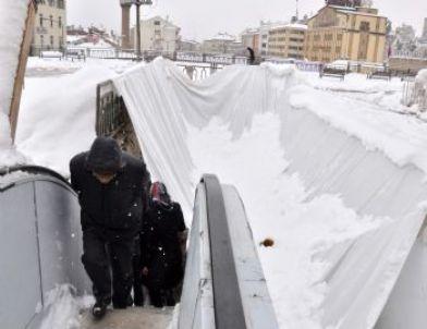 Yürüyen Merdivenleri Koruyan Branda Kara Dayanamadı