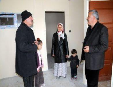 Van belediyesi nden evi yıkılan aileye prefabrik ev