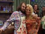 PAMELA ANDERSON - En sonunda öpüşüyor....Hem de Pamela Anderson'la