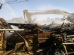 HACıKEBIR - Gediz'de 4 Ahşap Ev Tamamen Yandı