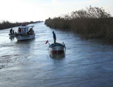 Arabayla Nehre Düşen Aile Henüz Bulunamadı