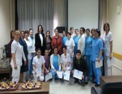 Cpr Eğitimine Katılan Hemşirelere Sertifika