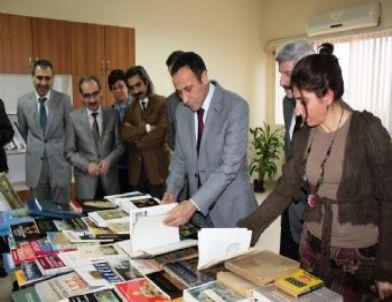 Sanat Tarihi Öğretmeninden Fakülte Binasına Kitap Bağışı
