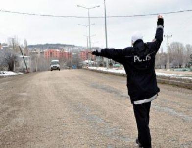 Suşehri'nde Trafik Ekipleri Zincir Kontrolü Yaptı