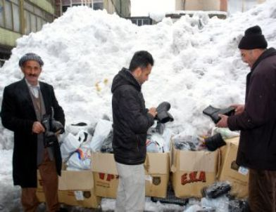 Yüksekova'da Kışlık Lastik Ayakkabılara Rağbet