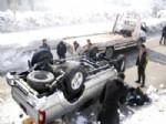 AHMEDI HANI - Yüksekova'da Trafik Kazası, 2 Yaralı