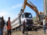YÜK KAMYONU - Yol Şantiyesinde Tehlike Ucuz Atlatıldı