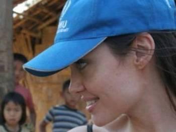 Angelina Jolie Yardım Peşinde!