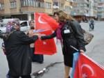 KÜÇÜK MUSTAFA MAHALLESİ - Ak Parti Teşkilatı Türk Bayrağı Dağıttı