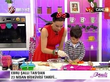 Canlı yayında oğluyla birlikte 23 Nisan bisküvisi yaptı