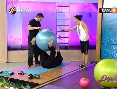 Ebru Şallı ünlü televizyoncuya canlı yayında pilates yaptırdı
