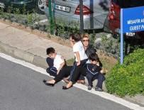 Gülben Ergen çocuklarıyla kaldırımda kaldı