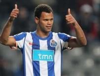 Alves gidiyor yerine Rolando geliyor