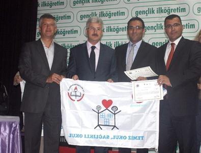 Tuzlukçu'da Okullara Beyaz Bayrak Verildi