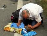 MERSIN - Kazada ölen oğlunu öpüp kokladı