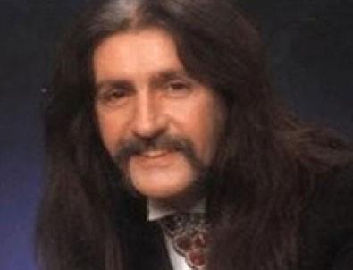 Uzun saçlı dev adam...