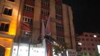 ZİVER ÖZDEMİR - Batman'da Bir Binaya Asılan AK Parti Afişleri, Zabıta Ekipleri Tarafından Söküldü