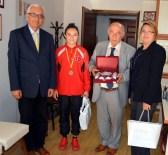 AHMET ARABACı - Gazeteciler Cemiyeti, Şampiyon İlknur Gedik'i Altınla Ödüllendirdi