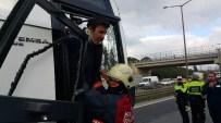 TEM OTOYOLU - Yolcu Otobüsü Kaza Yaptı, TEM Kilitlendi