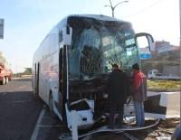 Otobüs İle Kamyonet Çarpıştı Açıklaması 3 Yaralı