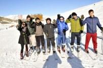 KAYAK SEZONU - Hakkari'de Öğretmenlerin Kayak Keyfi