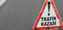MİNİBÜS KAZASI - Buzlanmaya Zincirleme Kazaya Sebep Oldu Açıklaması 14 Yaralı