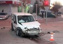 GÖZLÜKÇÜ - Konya'da Minibüsle Hafif Ticari Araç Çarpıştı Açıklaması 13 Yaralı