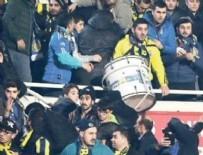 TRİBÜN KAVGASI - Fenerbahçe taraftarı tribünde birbirine girdi