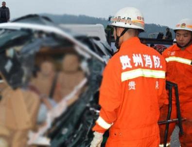 Otobüs uçuruma yuvarlandı: 20 ölü