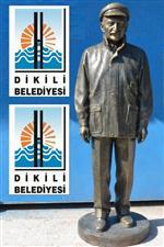 Kılıçdaroğlu, Dikili'ye Ecevit Heykeli Armağan Etti