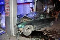 GÖZLÜKÇÜ - Otomobil Gözlükçü Dükkanına Girdi: 1 Yaralı