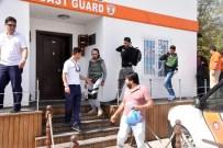 MAHSUR KALDI - Botları Batmak Üzere Olan Kaçaklar Kurtarıldı