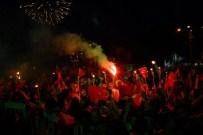BARIŞ MANÇO - Yüzlerce Genç, Meşalelerle Yürüdü