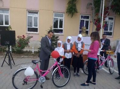 Tuzlukçu'da Öğrencilerin Karne Heyecanı