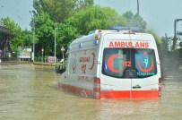MAHSUR KALDI - Kocaeli'de Sağanak Yağmur Hayatı Felç Etti