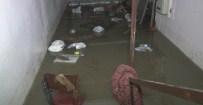 MAHSUR KALDI - Şiddetli Yağmur Sonrası Ev Ve İş Yerlerini Su Bastı