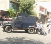 Diyarbakır'da Yolda Kalan Zırhlı Araca Vatandaşlar Yardım Etti