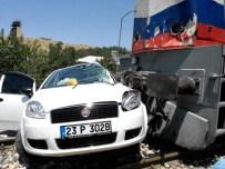 Tren, Otomobile Çarptı Açıklaması 4 Yaralı
