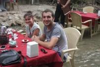 MASA SANDALYE - Sıcaktan Bunalan Bursalılar Caylarını Derenin İçinde İçiyorlar