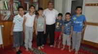 FETHIBEY - Bigadiç'de Camiye Gelen Çocuklara Lokum İkram Ediliyor