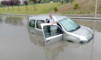 MAHSUR KALDI - Yağmur Yağdı, Araçlar Biriken Sularda Kaldı