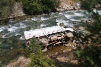 İSMAIL YıLDıRıM - Artvin'de Kamyonet Çay Yatağına Düştü Açıklaması 5 Yaralı
