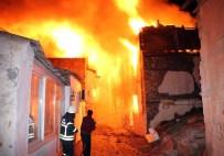 DAVUTLAR - Kuşadası'nda Yangın 12 Tarihi Evi Kül Etti